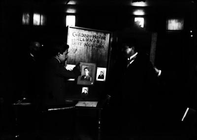 Julián Carrillo y Alfonso Pruneda observan los cuadros de honor de los alumnos distinguidos del conservatorio