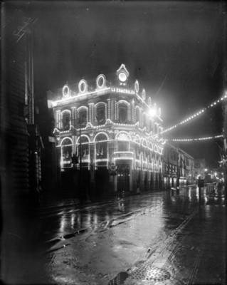 Edificio La Esmeralda con iluminación por Fiestas del Centenario