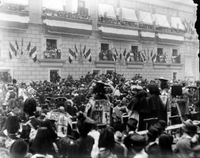 Representación de pasajes históricos durante desfile