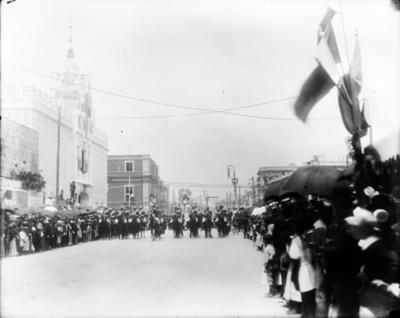 Desfile de caballería durante las Fiestas del Centenario