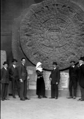 """""""Luis Castillo Ledón"""" y otras personas junto a la """"escultura del calendario Azteca"""" en el """"Museo Nacional"""", retrato de grupo"""