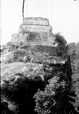 Hombre posa frente a pirámide de Tepozteco