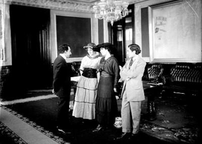 Alfonso Cravioto conversa con grupo de personas