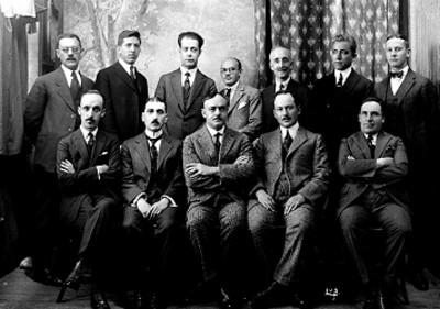 """Luis """"Castillo Ledón y Gamonado"""" junto a otros hombres, retrato de grupo"""