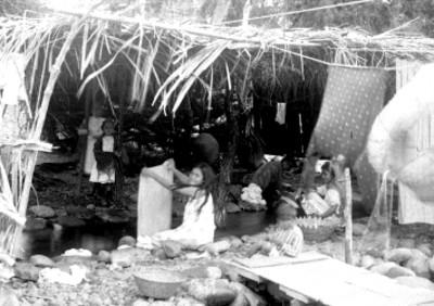 Mujeres indígenas lavan en un río