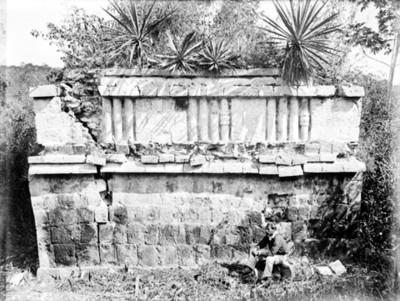 Hombre frente a la fachada Este de un estructura de Xkampech Haltún en Campeche, reprografía