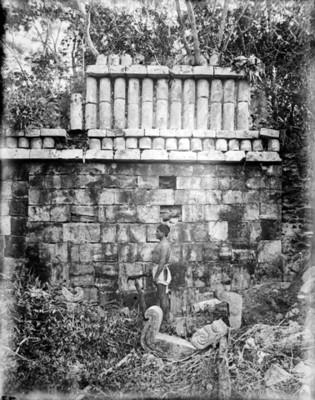 Hombre frente a un edificio del sitio de Xyat, reprografía