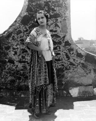 Mujer con traje regional, retrato