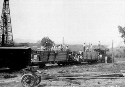 Hombres en ferrocarril durante toma de aceite en una estación