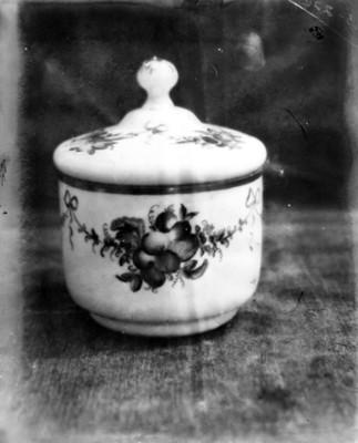 Polvera de cristal cuajado, con decoración floral