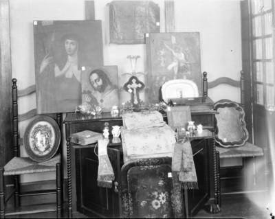 Cuadros y objetos religiosos en exhibición