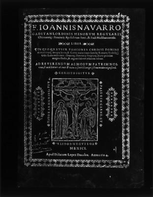 Portada de un libro con escritura en latín