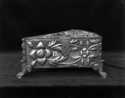 Arcón de madera tallada con motivos florales
