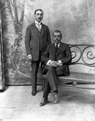 Agustín de la Peña y Luis Castillo Ledón, en un estudio fotográfico, retrato