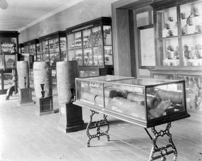 Sala del Antiguo Museo Nacional con cerámica y instrumentos musicales prehispánicos
