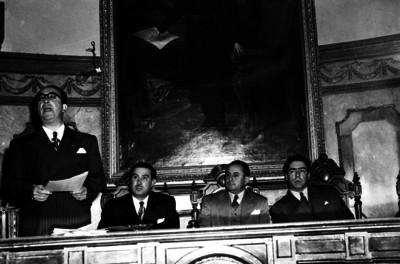 Fernando Casas Alemán y otras personalidades escuchan a un orador durante un acto