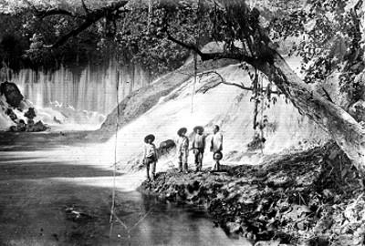 Hombres a la orilla de un río, retrato de grupo