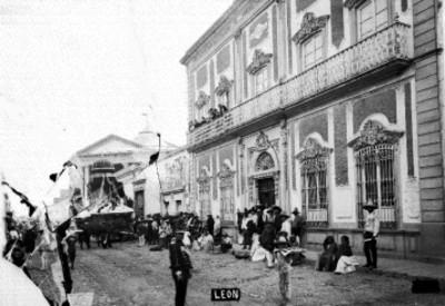 Gente en una calle de León