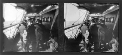 Pasajeros en la cubierta de un barco