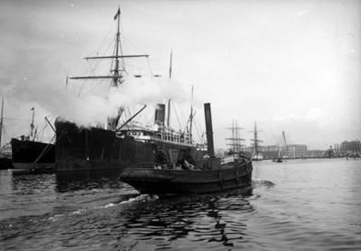 Embarcaciones navegan a orillas de un puerto