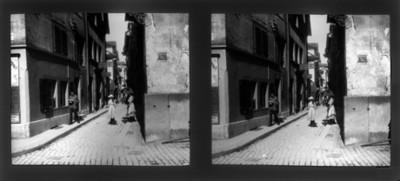Gente camina en una calle