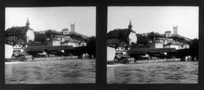 Edificios con río en primer plano, vista parcial