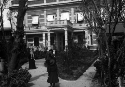 Gente en los pasillos del jardín de la casa de Azurmendi