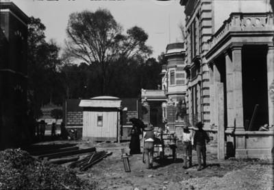 Hombres transportan material durante la construcción de la casa de Azurmendi