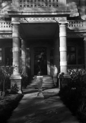 Escultura en el porche de la casa de Azurmendi, vista frontal
