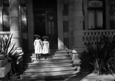 Victoria y Gloria Azurmendi descienden de las escaleras del porche de su casa