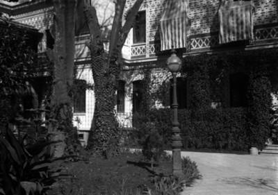 Jardines y fachada poniente de la residencia Azurmendi, vista parcial