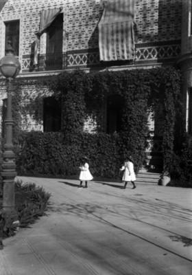 Victoria y Gloria Azurmendi caminan en el jardín de su casa