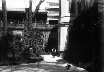 Hombre camina junto al jardín de la residencia de Azurmendi