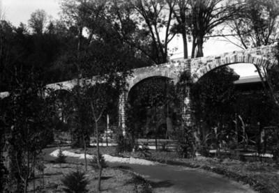 Pérgola de la residencia Azurmendi, vista parcial