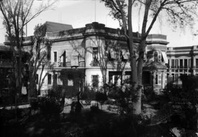 Mansión de Azurmendi con jardines en primer plano, vista parcial