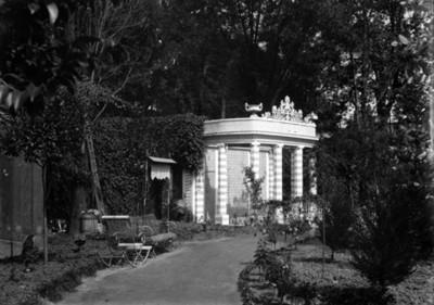 Columnata en la residencia Azurmendi, vista norte de la fachada