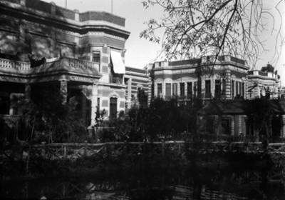 Estanque de la residencia Azurmendi, vista parcial