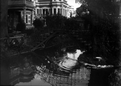 Estanque y puente en la residencia Azurmendi, vista parcial