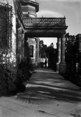 Andador principal de la mansión Azurmendi, vista parcial