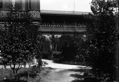 Andador y jardín del anexo de servicios y galería de empleados, vista parcial
