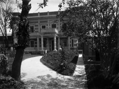 Patio y jardín de la casa Azurmendi, vista parcial