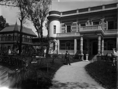 Hombre junto a la casa Azurmendi