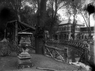 Estanque y puente de la casa de Azurmendi, vista parcial