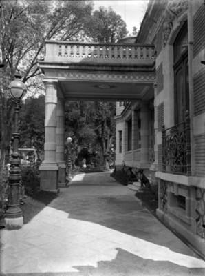 Jardines y pasillo de la mansión de Azurmendi, vista parcial