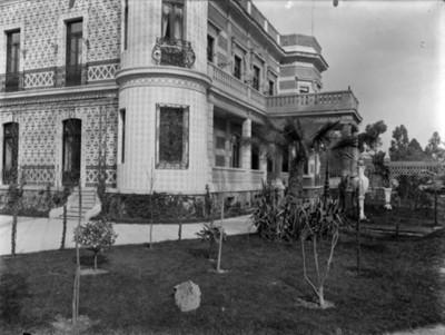 Pasillo y jardín en la casa de Azurmendi, vista parcial