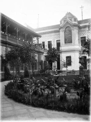 Jardín entre la residencia y galería de empleados, vista parcial