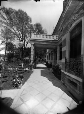 Porche y corredor exterior de mansión en la colonia San Rafael