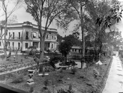 Jardín y fachada de casa en la colonia San Rafael, vista parcial