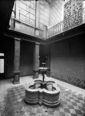 Fuente del patio interior en mansión de la colonia San Rafael, vista parcial