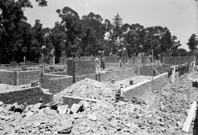 Albañiles levantan cimientos de un edificio